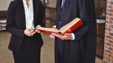Mann Frau Richter Richterin Anwalt Anwältin Rechtsanwaltsgehilfe Rechtsanwaltsgehilfin Recht Gesetz Gericht