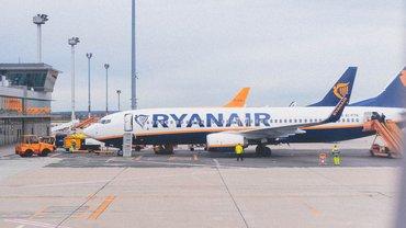 Abbildung eines Ryanair-Flugzeugs auf einem Rollfeld
