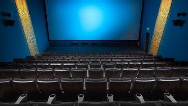ein leerer Kinosaal aus der Perspektive der hinteren Ränge