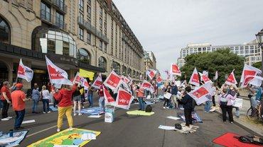 Streikende beim Verhandlungsauftakt öffentliche Banken